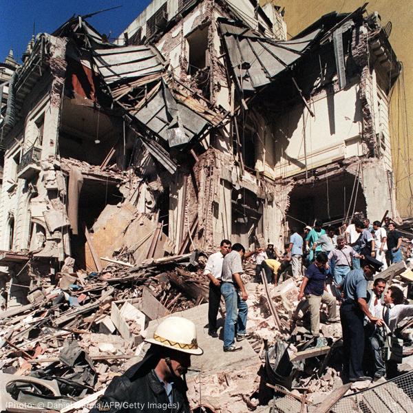 查看被炸毁的建筑的人员(© Daniel Garcia/AFP/Getty Images)