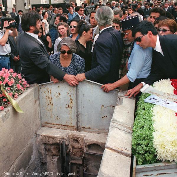 墓穴周围的人群(© Pierre Verdy/AFP/Getty Images)