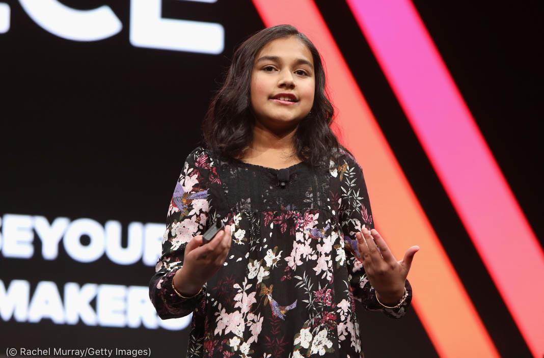 Une adolescente sur scène en train de parler en faisant des gestes avec les mains (© Rachel Murray/Getty Images)