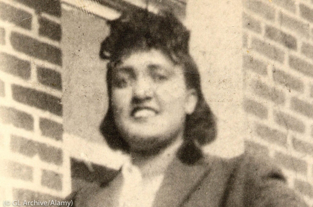 Henrietta Lacks sonríe frente a una pared de ladrillo (© GL Archive/Alamy)