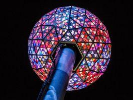Bola de cristal em mastro (© Ryan Paraggio/Countdown Entertainment)