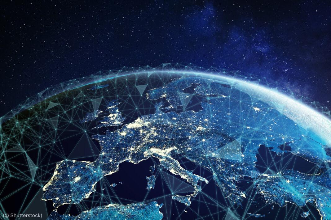 یورپ اور ایشیا کا نقشہ جس پر ایک دوسرے کو کاٹتی ہوئی لکیریں کھنچی ہوئی ہیں (© Shutterstock)