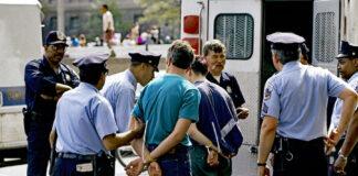 首都华盛顿警察逮捕不遵守秩序的示威者(照片:美联社)