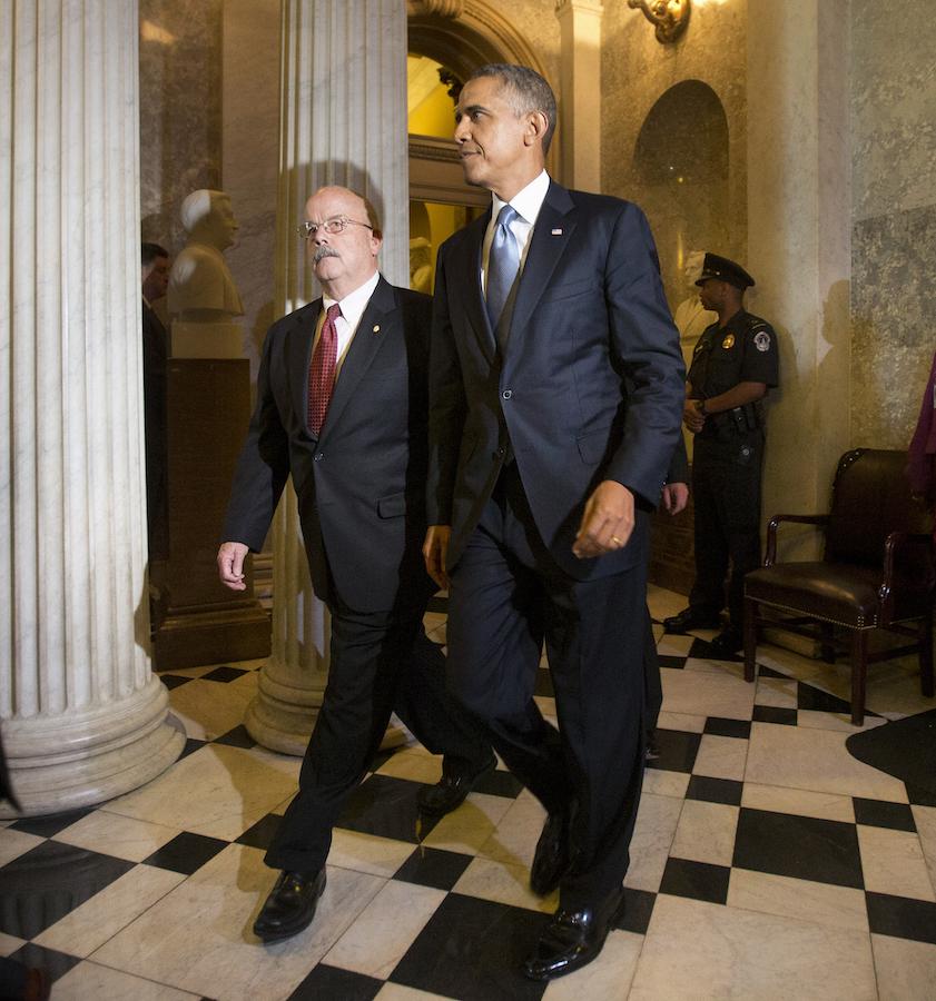 2013年,前总统奥巴马由时任参议院纠仪长泰伦斯·盖纳陪同抵达国会大厦。(照片:美联社)