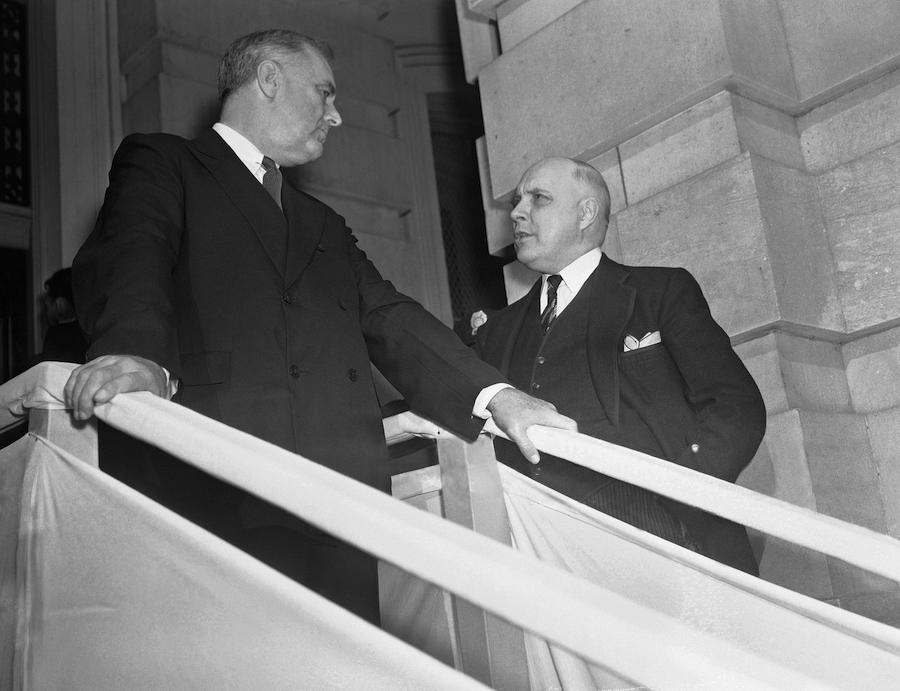 1939年,前总统罗斯福(左)与众议院纠仪长肯尼思·罗姆尼交谈(照片:美联社)