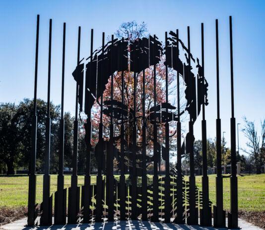 Une sculpture moderne avec l'image de Rosa Parks forgée entre des pôles à la verticale (U.S. Air Force/Senior Airman Charles Welty)