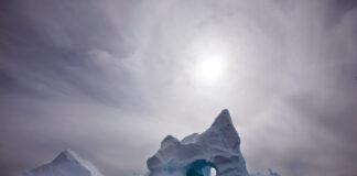 পানিতে হিমশৈল (© জন ম্যাককননিকো/এপি ইমেজেস)
