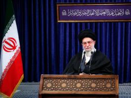 Aiatolá Ali Khamenei falando de um púlpito (© Gabinete do Líder Supremo Iraniano/AP Images)