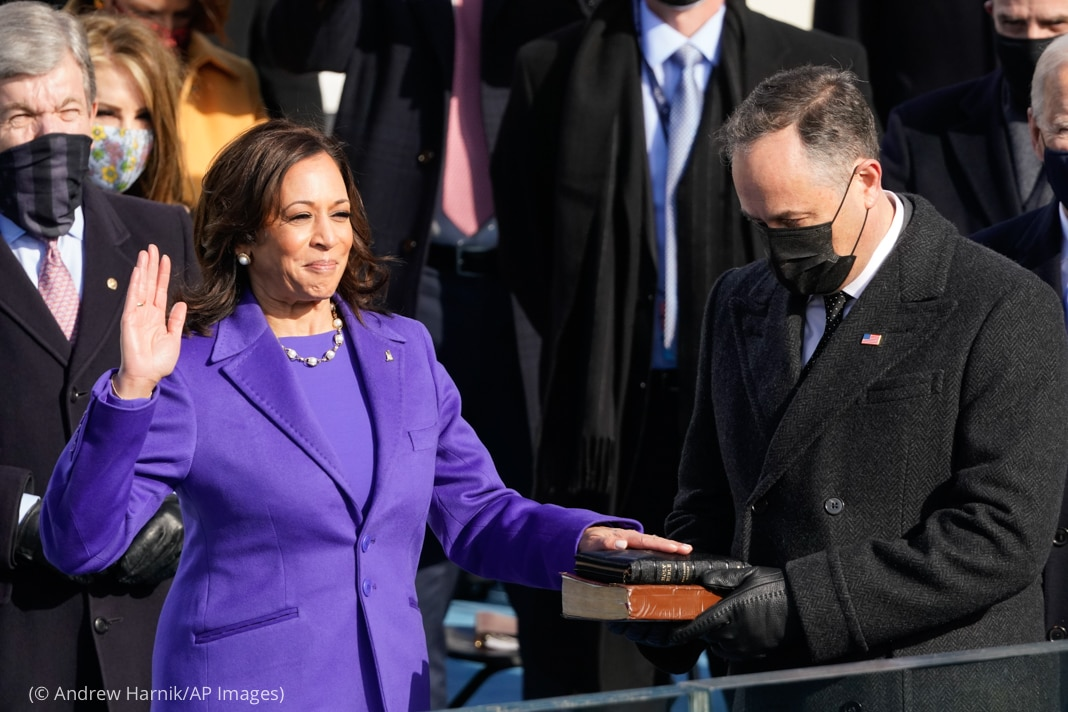 Kamala Harris with one hand raised and one hand on Bible held by Doug Emhoff (© Andrew Harnik/AP Images)
