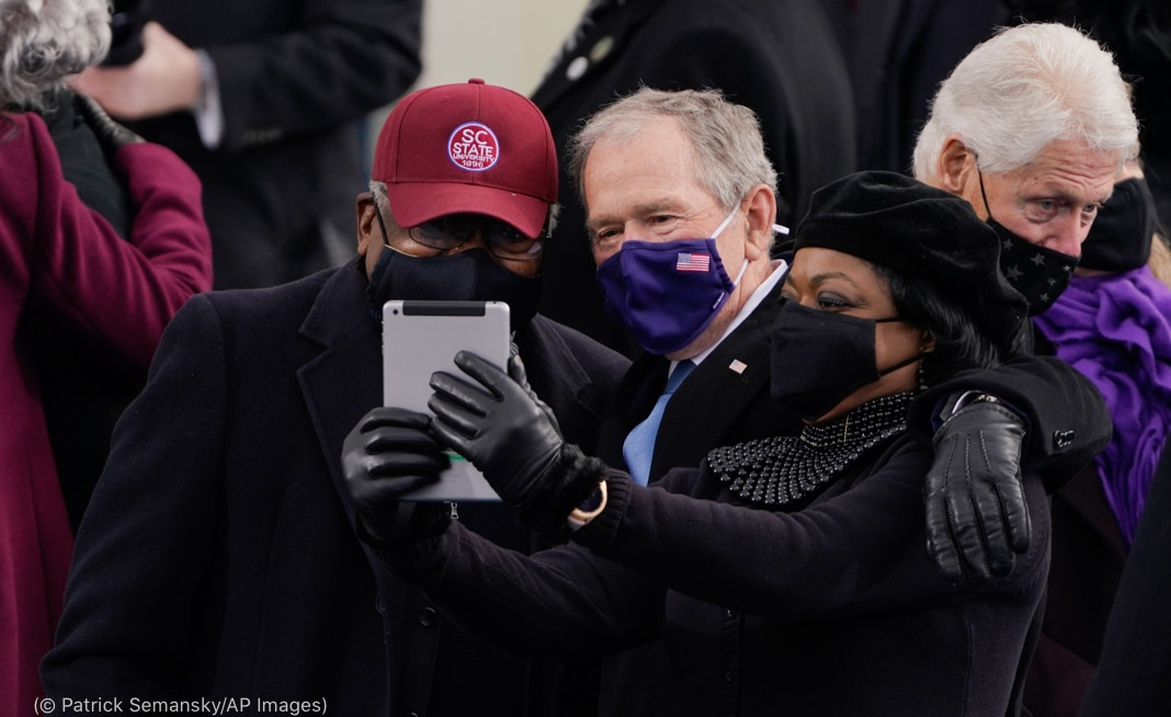 James Clyburn and George Bush taking selfie with woman (© Patrick Semansky/AP Images)