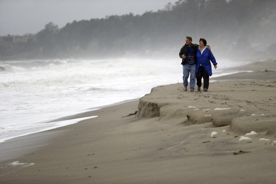 一对夫妇走在加州的海崖州立海滩上(美联社图片)