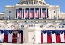 Capitolio de EE. UU. decorado con estandartes (© J. Scott Applewhite/AP Images)