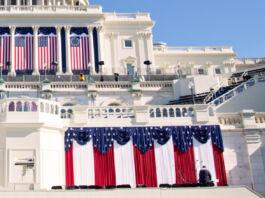 Le Capitole des États-Unis, décoré de drapeaux (© J. Scott Applewhite/AP Images)