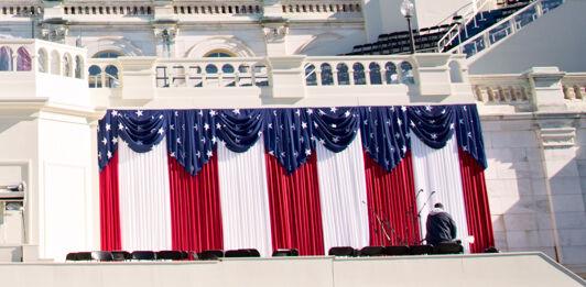 پرچموں سے سجی کیپیٹل بلڈنگ (© J. Scott Applewhite/AP Images)