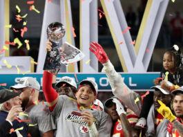 堪萨斯城酋长队四分卫帕特里克·马豪斯(Patrick Mahomes,中)在2020年第54届超级碗中赢得胜利后同队友一起欢庆。(© Shannon Stapleton/Reuters)