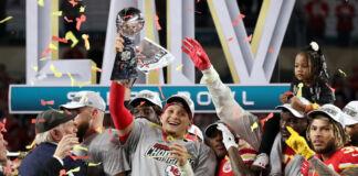Un joueur de football américain brandissant un trophée et célébrant la victoire avec son équipe sous une pluie de confetti (© Shannon Stapleton/Reuters)