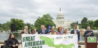 这是2019年5月在首都华盛顿国会山前举行横贯美国铁路步道启动仪式。RTC和相关联邦政府部门官员手中拿着的就是该项目的示意图。(美联社图片)