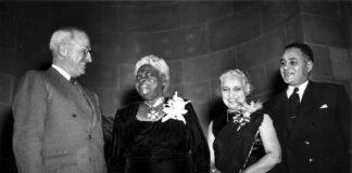 1949年杜鲁门总统与玛丽·麦克劳德·贝休恩(左二)交谈(照片:美联社)