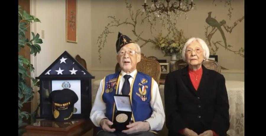 二战华裔老兵Lewis Woo Yee接受国会金质奖章(照片:美联社)