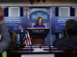 A secretária de Imprensa da Casa Branca, Jen Psaki, no púlpito (© AP Images/Evan Vucci)