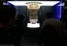 মানুষ কোয়ান্টাম কমপিউটার দেখছে (© রস ডি. ফ্র্যাঙ্কলিন/এপি ইমেজেস)