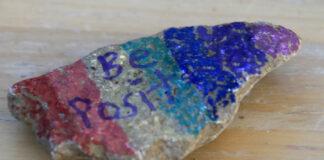孩子们绘制的彩绘石上写有积极乐观的话语(美联社图片)