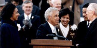 怀尔德在1990年1月13日宣誓就任弗吉尼亚州州长。(弗吉尼亚州州立图书馆)
