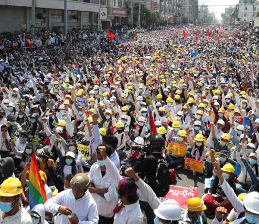 Улицы с толпами народа (© AP Images)