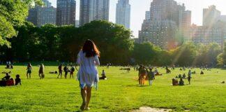 人们在公园草地上休憩漫步(美国环保署)