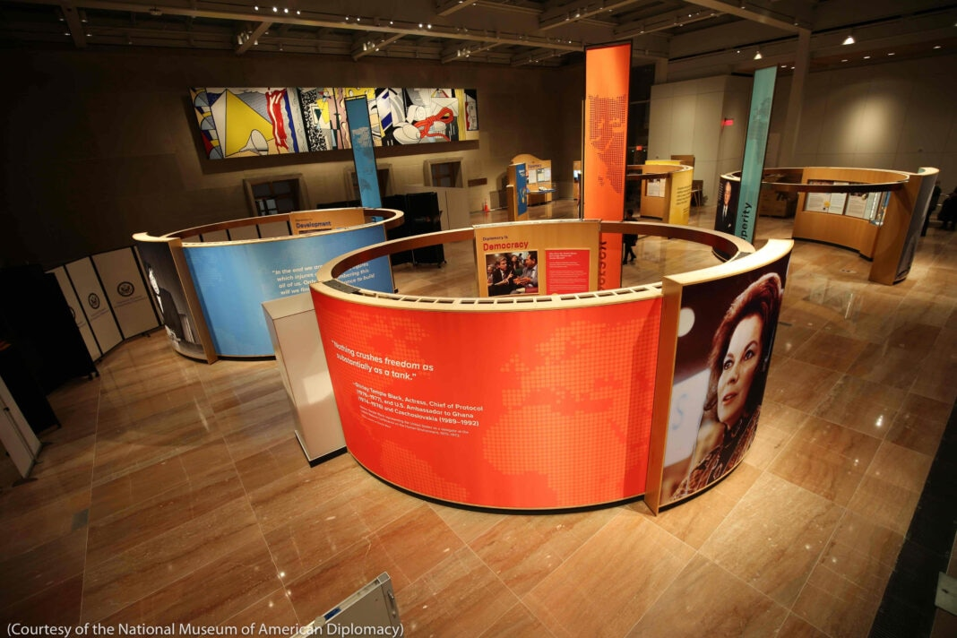 Painéis circulares exibem fotografias e texto em um museu (Cortesia: Museu Nacional de Diplomacia Americana)