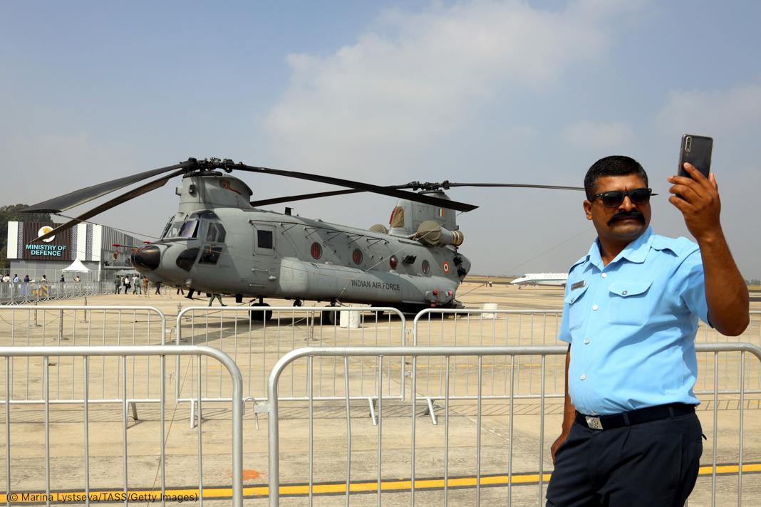 一位男士在2021年印度航空展期间给一架CH-47奇努克(Chinook)直升机拍照(© Marina Lystseva/TASS/Getty Images)