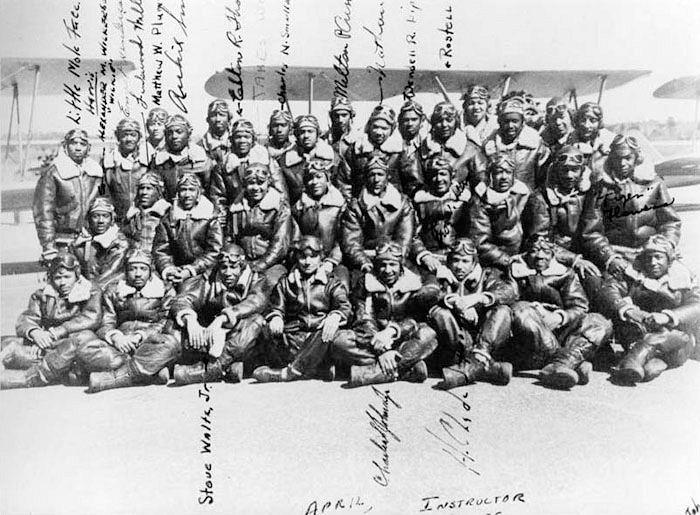 这是塔斯基吉飞行员培训基地教官们的合影。时间是1945年,背景是莫顿机场的一架Vultee BT-13双座教练机。(公共领域/美国空军)