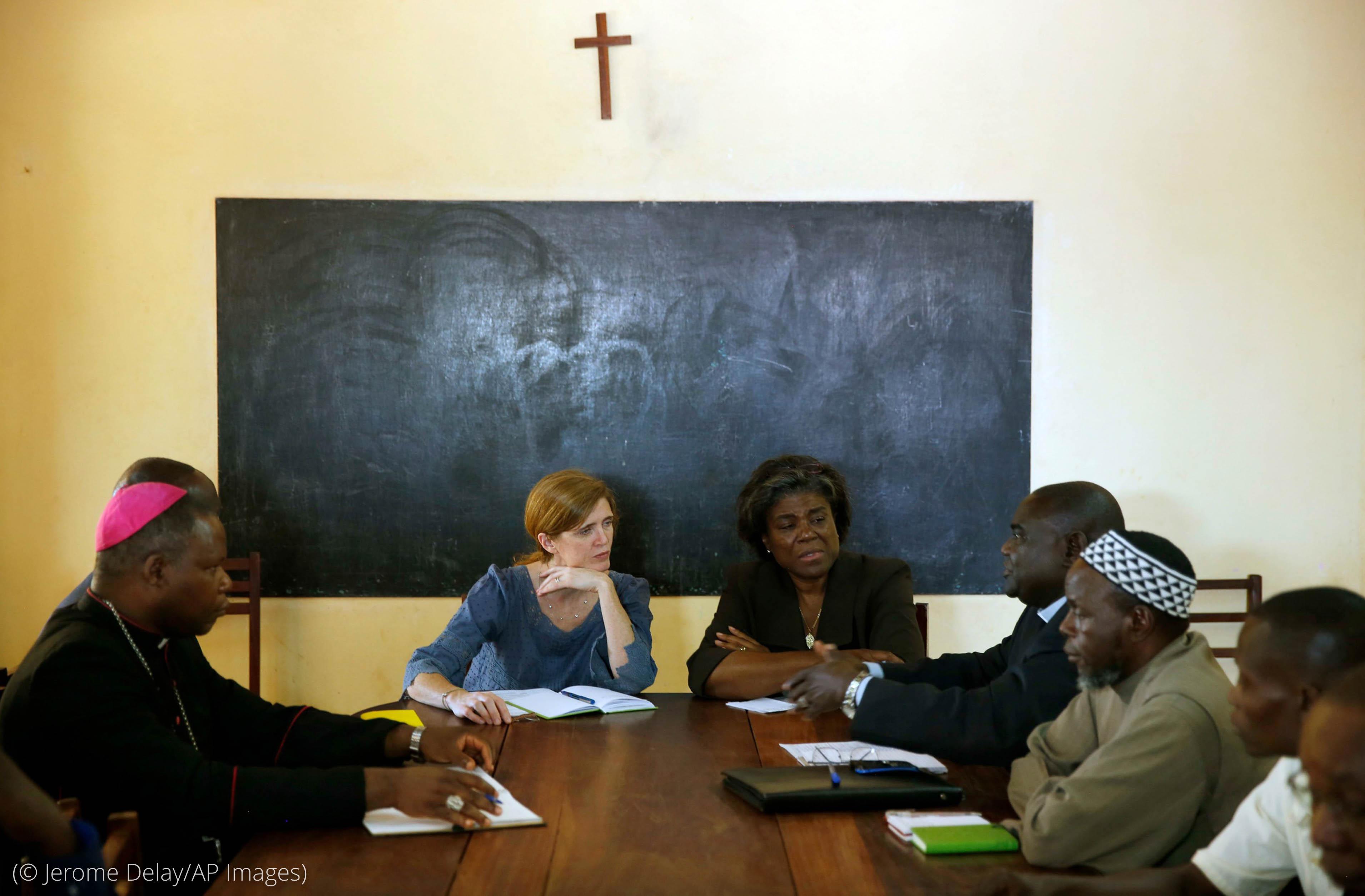 2013年,时任负责非洲事务的助理国务卿的托马斯-格林菲尔德(右中)同时任美国常驻联合国代表萨曼莎·鲍尔(Samantha Power,左中)在中非共和国班基(Bangui)同穆斯林和基督教领导人会晤。(© Jerome Delay/AP Images)