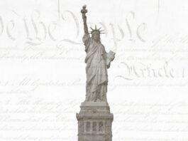 La estatua de la Libertad delante de la Constitución de EE. UU.