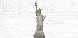 Estátua da Liberdade em frente à Constituição dos EUA