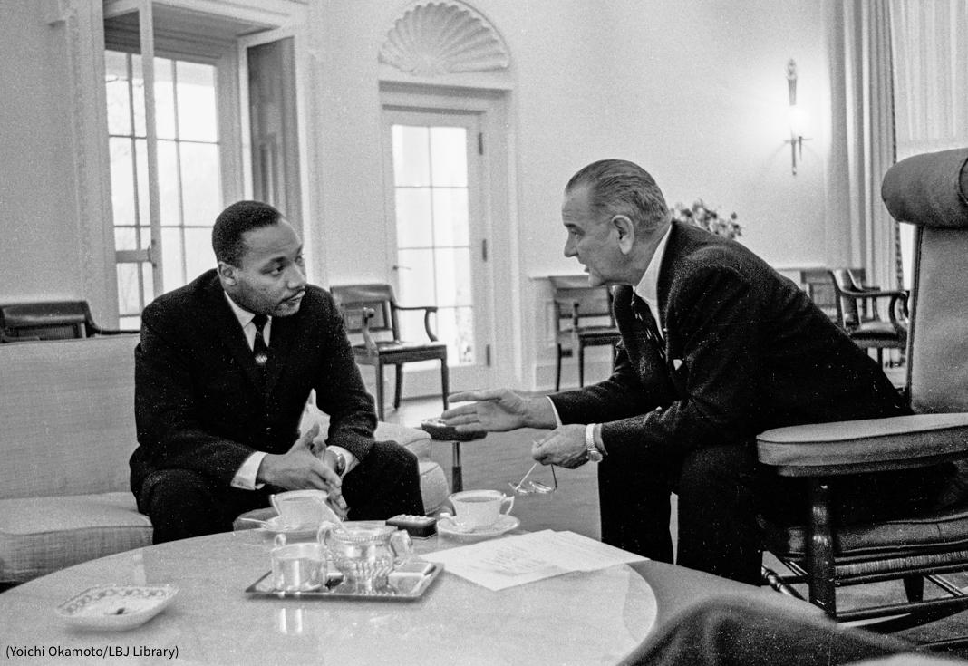 کرسیوں پر بیٹھے دو آدمی آپس میں باتیں کر رہے ہیں (Yoichi Okamoto/LBJ Library)