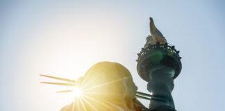 স্ট্যাচু অফ লিবার্টির ওপর সূর্যালোক (© ক্লা৭৮/শাটারস্টক)
