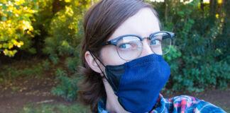 Une femme portant des lunettes et un masque bleu (© ASU Luminosity Lab)
