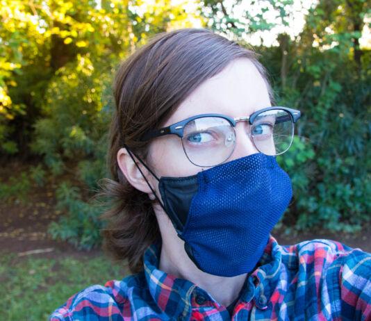 عینک اور نیلا ماسک پہنے ہوئے ایک خاتون (© ASU Luminosity Lab)