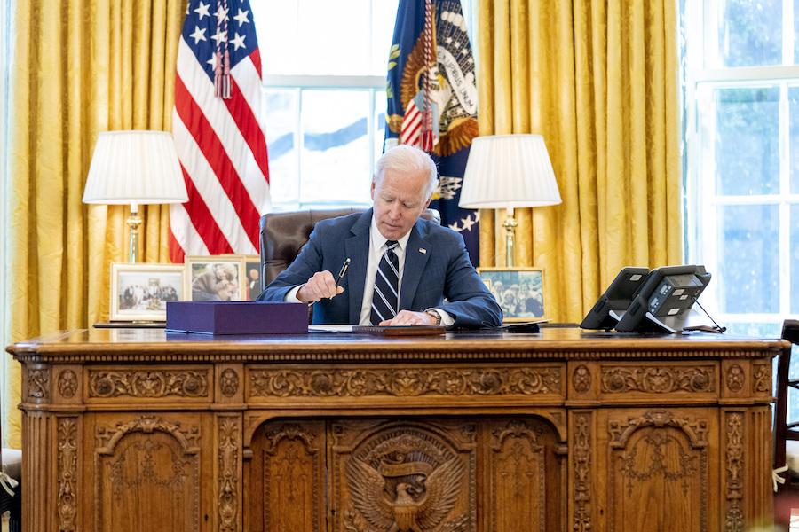 拜登总统在白宫签署新冠疫情救助法案(照片:美联社)