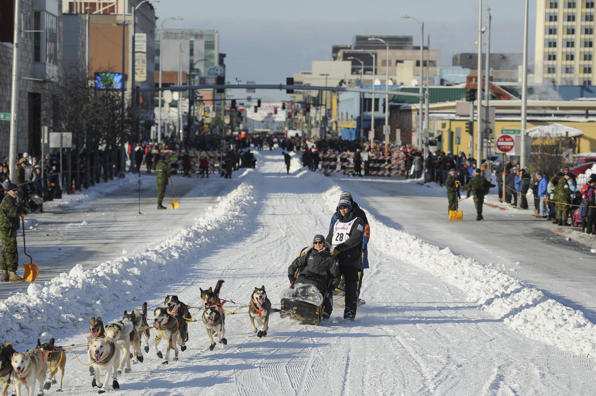 冬季雪橇犬比赛吸引大量游客(照片:美联社)