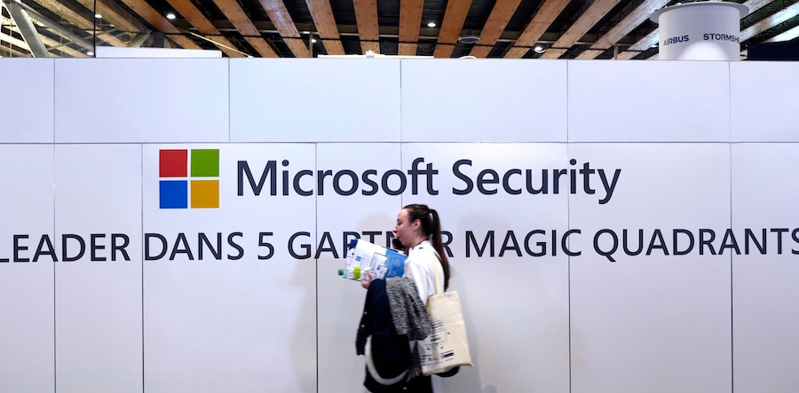 一名女性走过网络安全会议微软展台(照片:美联社)