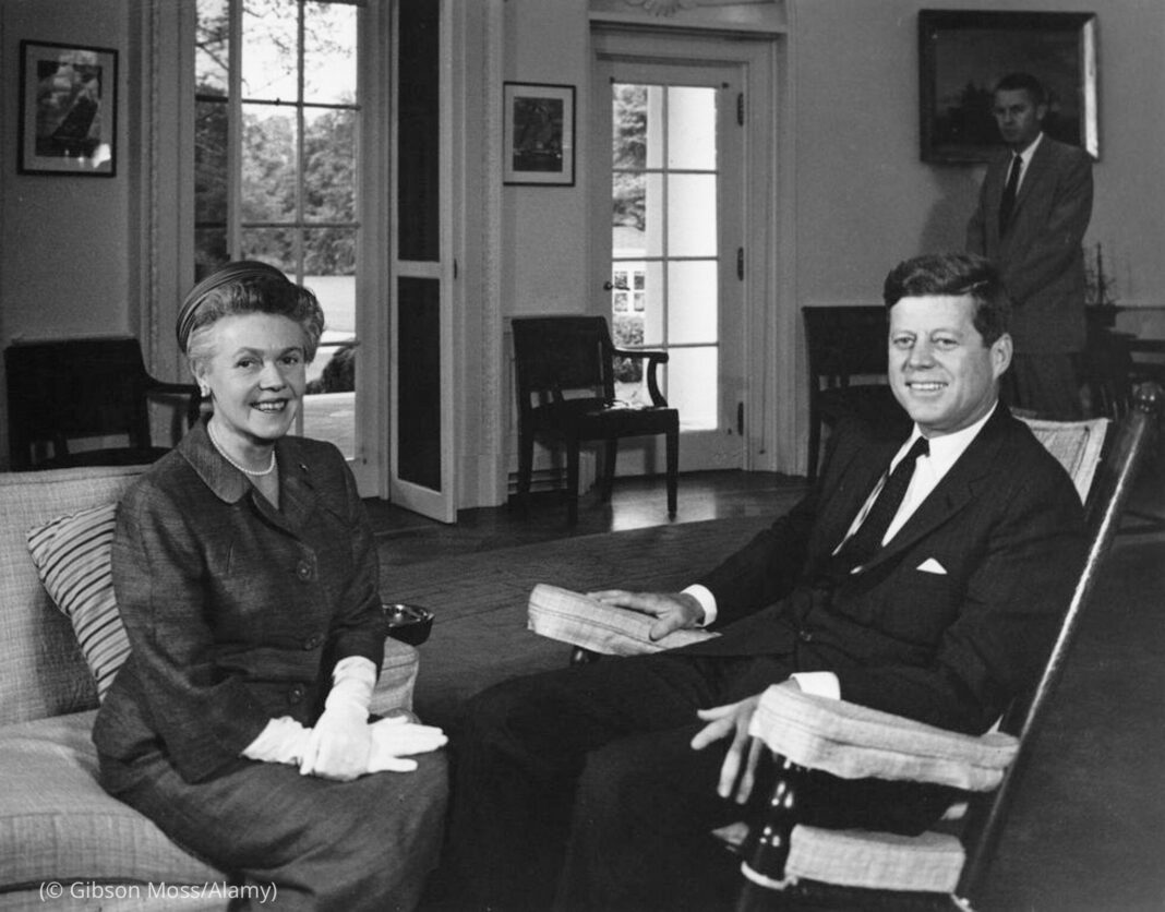 President Kennedy and Helen Eugenie Moore Anderson smiling and sitting in chairs (© Gibson Moss/Alamy)
