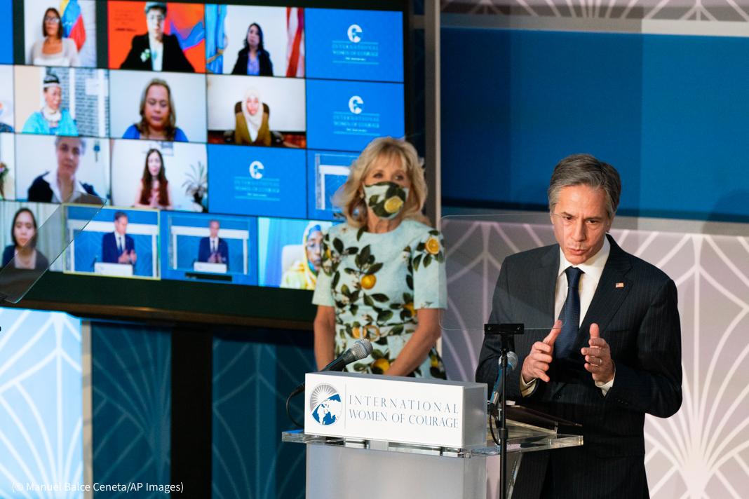 Jill Biden dan Antony Blinken berdiri di dekat podium (© Manuel Balce Ceneta/AP Images)