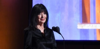 Joy Harjo debout derrière un pupitre (© Valerie Macon/AFP/Getty Images)