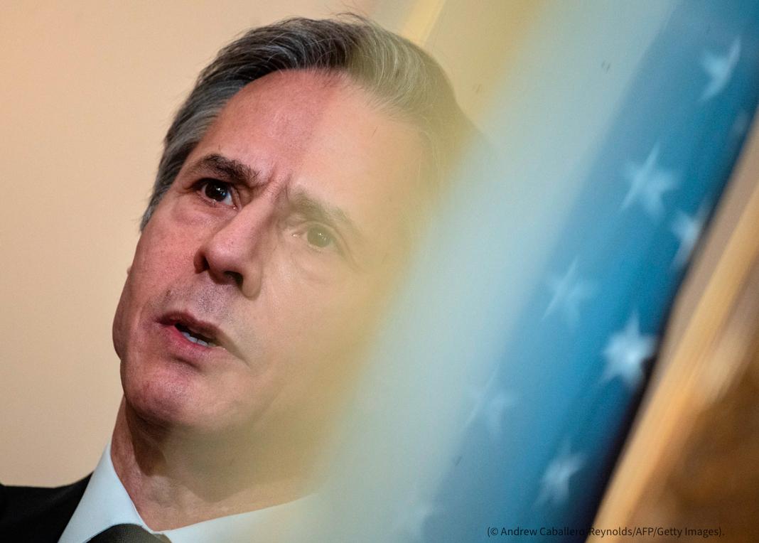 Foto do rosto de Antony Blinken se funde com estrelas de uma bandeira dos EUA (© Andrew Caballero-Reynolds/AFP/Getty Images)