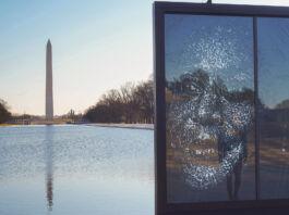 Retrato de vidrio de Kamala Harris con el monumento a Washington al fondo (© Shannon Finney/Getty Images)