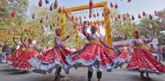 Des danseurs en costume multicolore donnant un spectacle (© Sanjeev Verma/Hindustan Times/Getty Images)