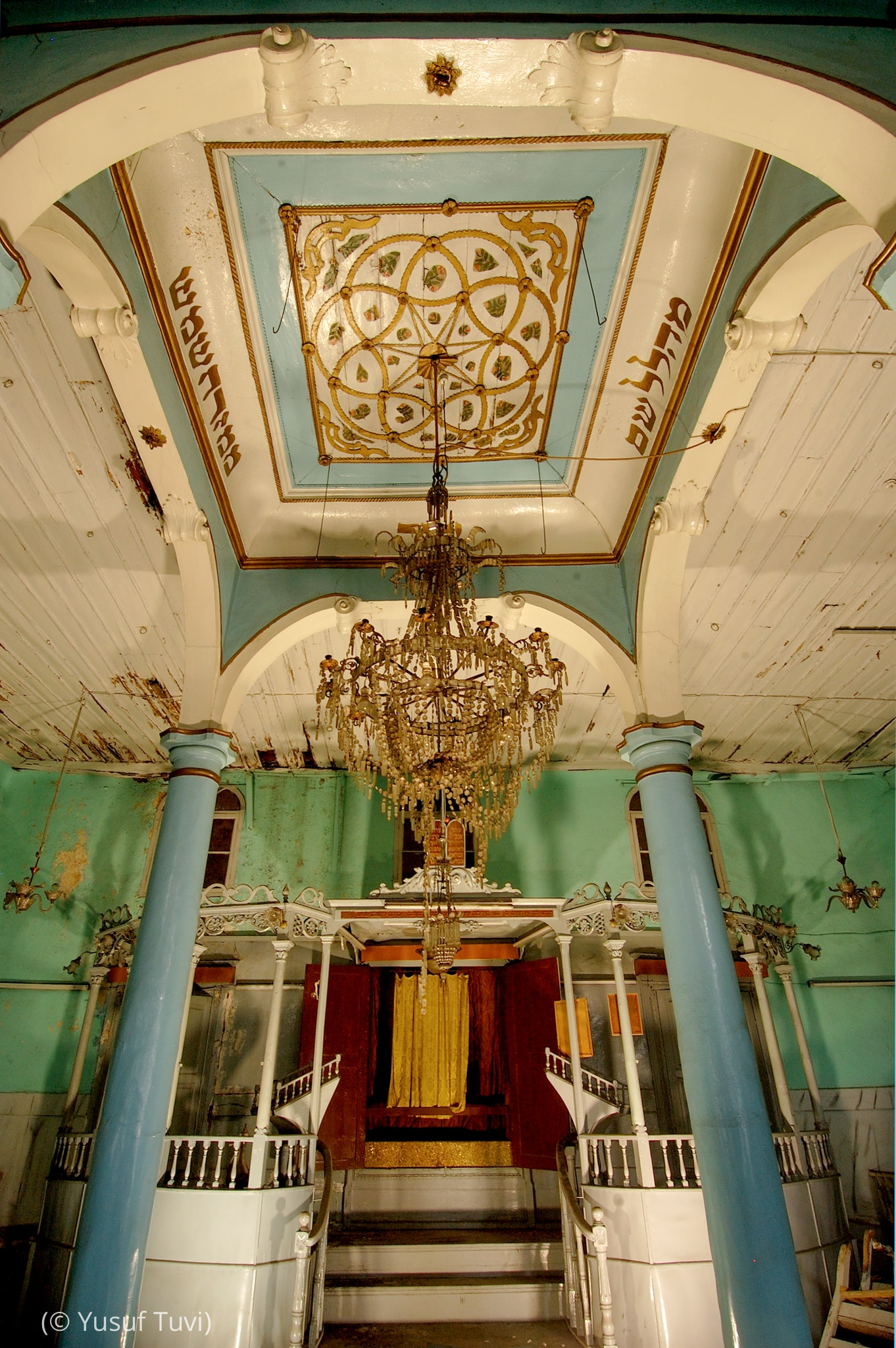 Decorated ceiling and painted beams of Etz Hayim synagogue (© Yusuf Tuvi)