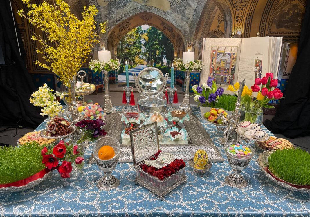 میز پر رکھے پھول اور سبز چیزیں (© Ali Sadr)